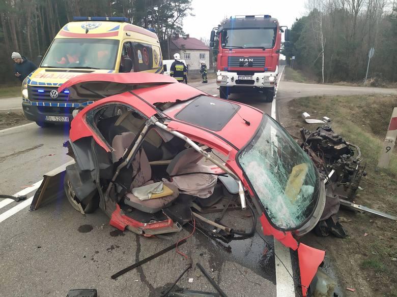 Wypadek w miejscowości Koce Basie. Osobówka zderzyła się z ciężarówką. Kierowca oszukał przeznaczenie [ZDJĘCIA]