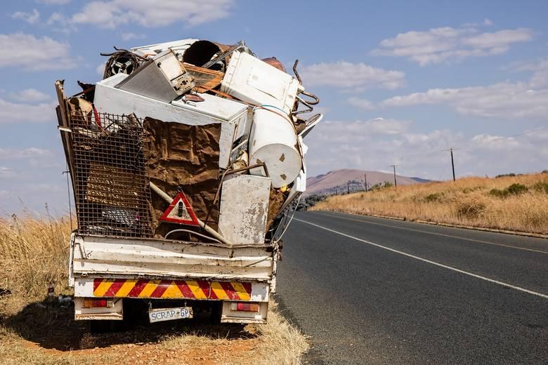 Ciężarówka wyładowana złomem na tle pustyni