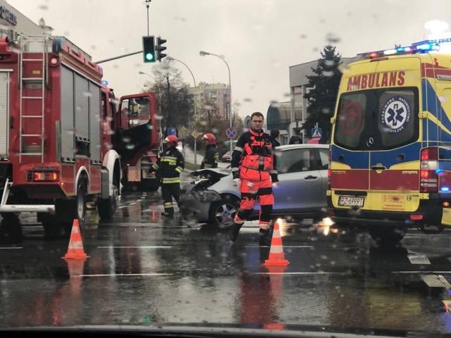 O godz. 11.45 dwa samochody osobowe - citroen i toyota  zderzyły się  na Rondzie Dmowskiego  w Rzeszowie. Na miejscu są utrudnienia w ruchu. Nikt nie