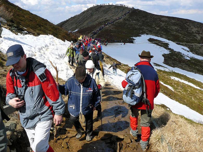 Droga krzyzowa na TarnicePielgrzymi byli zgodni: w tym roku uczestników wielkopiątkowej drogi krzyzowej na najwyzszy szczyt Bieszczadów – Tarnice, bylo