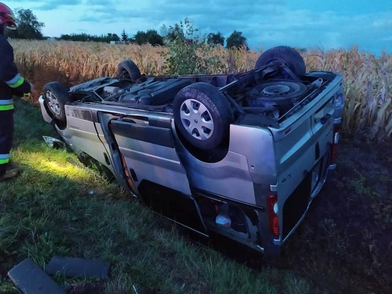 W środowy poranek w powiecie bydgoskim doszło do niebezpiecznego wypadku. Samochód marki renault dachował i wpadł do rowu. Kierowca został zabrany do
