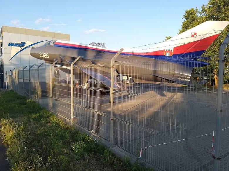 Samolot Su-22 od wtorku wita osoby wjeżdżające ulicą Szubińską do Bydgoszczy. Pomalowaną w bydgoskie barwy maszynę można oglądać tuż przy ogrodzeniu.