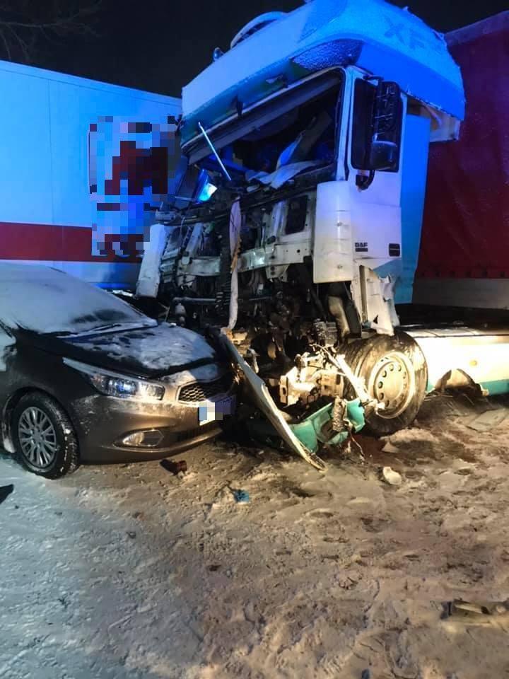 Jeden z kierowców TIRa został uwięziony w szoferce, strażacy za pomocą narzędzi hydraulicznych wydostali go z auta i ułożyli na noszach, został przekazany
