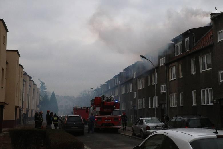 Pożar we Wrocławiu. Cała ulica tonie w dymie. Ludzie uciekają z domów