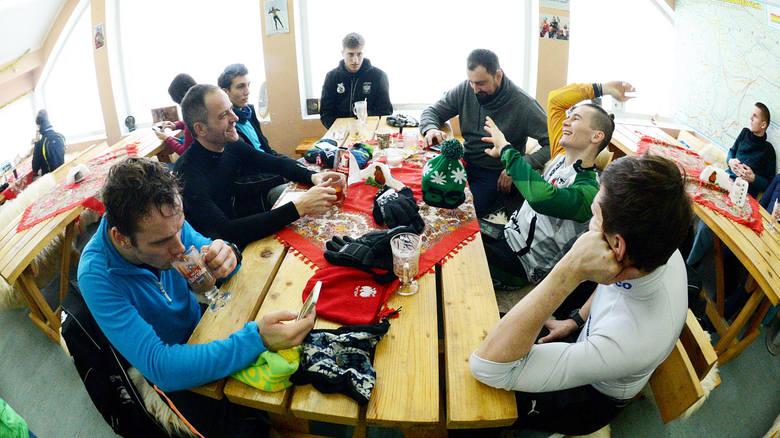 Po intensywnym biegu na nartach odpoczynek przy kawie w barze na Polanie Jakuszyckiej.