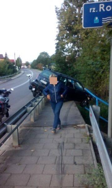 Na moście nad Rospudą z nieustalonych na razie przyczyn samochód przebił bariery i zawisł na moście.