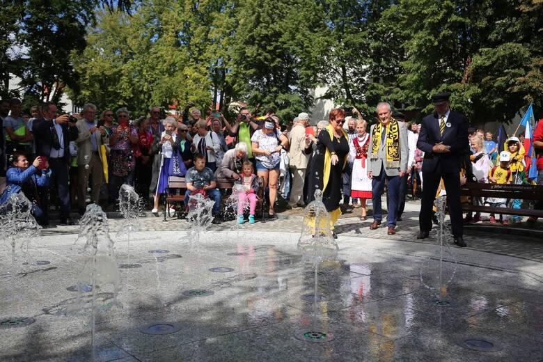 Zjazd Kaszubów w Pucku w sobotę, 21.08.2021 r. Odsłonięcie fontanny w Parku Kaszubskim