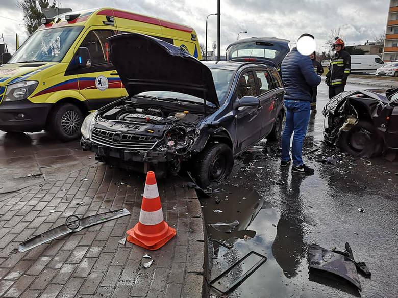 Do groźnie wyglądającej kolizji doszło w południe na bydgoskim Szwederowie. Na szczęście nikt nie ucierpiał.FLESZ - Uwaga kierowcy! Są nowe znaki drogoweźródło: