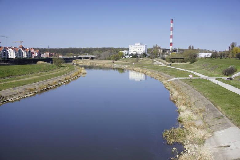 Stan wody w Poznaniu na wodowskazie przy moście Rocha wyniósł we wtorek, 7 kwietnia, o godz. 6 - 164 cm. Rok temu tego samego dnia zanotowano stan o 22 cm wyższy - 186 cm. W podobnym okresie w roku 2018 na Warcie w Poznaniu stan wody był prawie dwukrotnie wyższy niż aktualnie – 290 cm.