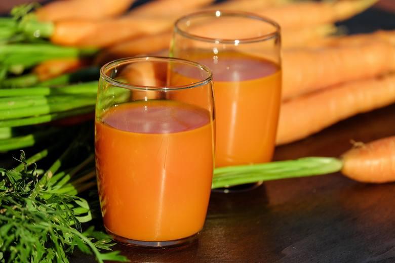 Sok z marchewki dostarcza prawie pięć razy więcej zbawiennych dla zdrowia przeciwutleniaczy niż to warzywo w kostkach, ma jednak znacznie mniej błonnika