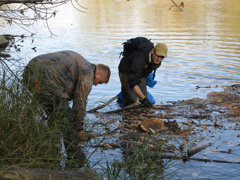 Pracownicy firmy Bros odrzucają podejrzenia, że to oni wylali truciznę do rzeki. Twierdzą, że policja zmusiła ich do składania wyjaśnień, z których potem się wycofali.