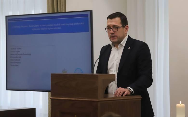 Pomysłodawcą wprowadzenia darmowej komunikacji dla kibiców jest Łukasz Podlewski, radny Rady Miejskiej.