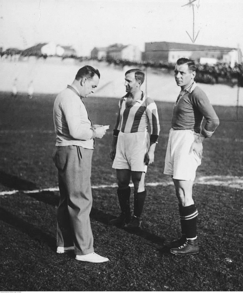 Kapitan Cracovii Józef Kałuża (1932 r.). Pierwszy mecz założona w 1906 roku Cracovia rozegrała w białych gimnastycznych podkoszulkach, ale wkrótce zyskała