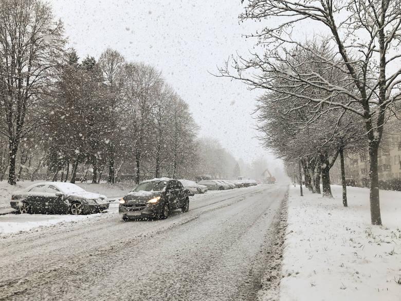 Ślisko na drogach, a warunki jeszcze się pogorszą. Podsumowanie wypadków i prognoza pogody na najbliższe dni dla Słupska i regionu