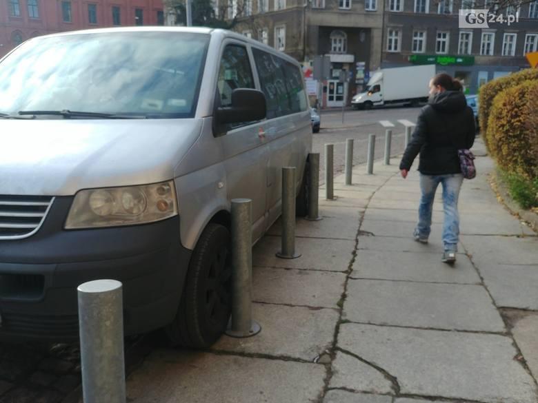 Mistrzowie parkowania na Podzamczu - 28 listopada 2019.Widziałeś podobne sytuacje? Wyślij nam zdjęcia na alarm@gs24.pl!