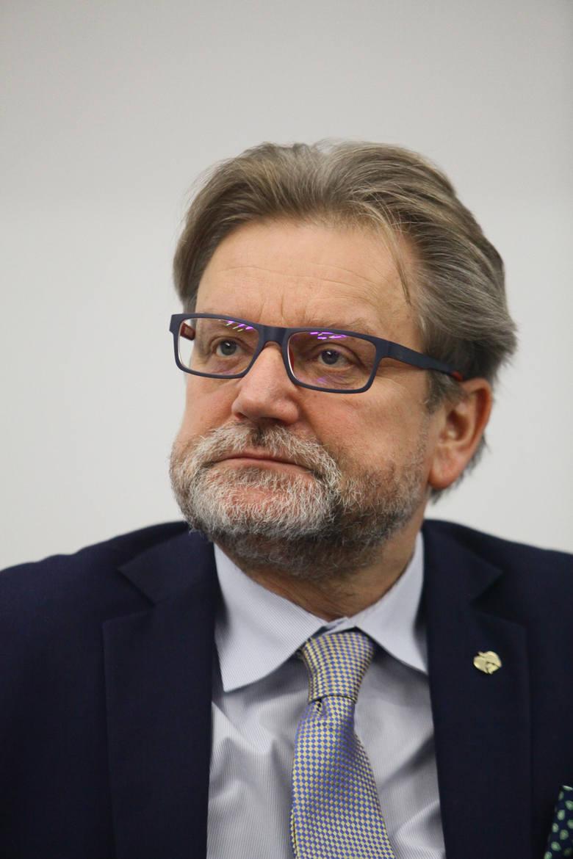 Jarosław Pinkas urodził się 29 sierpnia 1955 roku w Gliwicach. Główny Inspektor Sanitarny, były prezes PCK. Z zawodu lekarz, specjalista w zakresie chirurgii