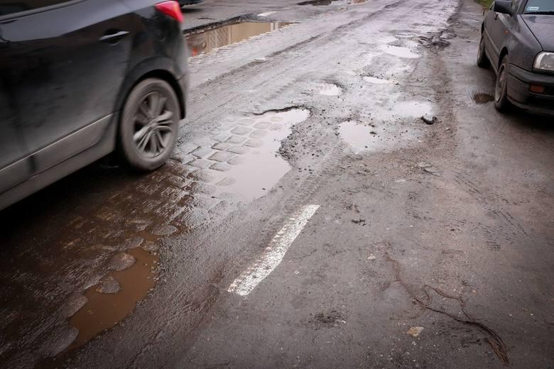 Pod Wrocławiem drogowcy namalowali nowe pasy na błocie i wodzie. Bo asfaltu nie znaleźli...