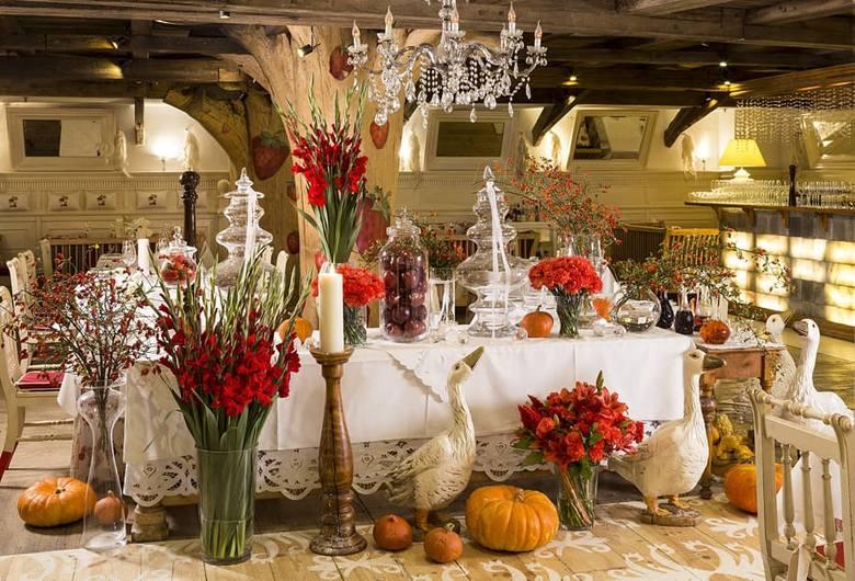 Restauracja AleGloria w WarszawieRestauracja powstała z myślą o współczesnym smaku tradycji Młodej Polski. Zainspirowana młodopolską filozofią, sztuką