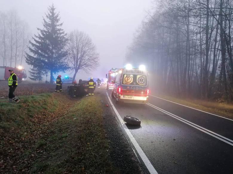 Świdry. Wypadek na trasie Szczuczyn - Pisz. Dwie osoby ranne po dachowaniu na DK58