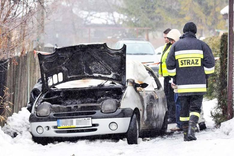 Spłonął w samochodzie 30 metrów od domu [ZDJĘCIA]
