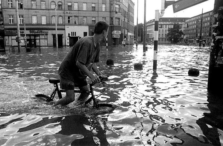 Wrocław 11-07-1997. Powódź. Zalana ulica Sądowa