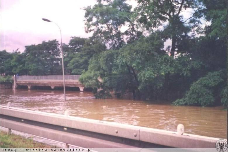 Wiadukt dawnej kolei marchijskiej zalany podczas powodzi w 1997 roku