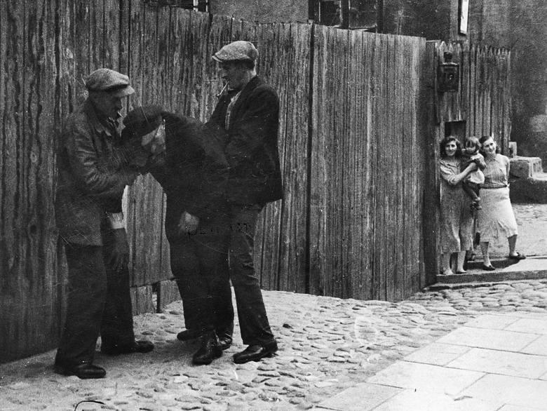 Pijani mężczyźni na jednej z ulic Powiśla, lata 30.