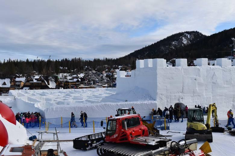Zakopane. Śnieżny labirynt i bajkowe igloo gotowe. Obok gigantyczna piramida