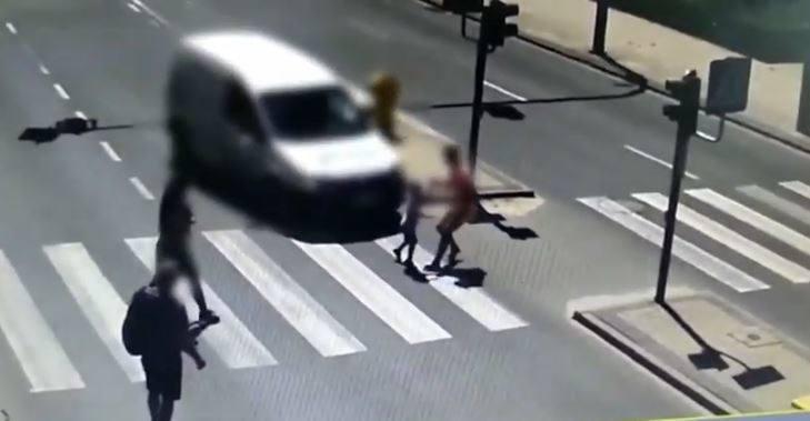 Matka z 5-letnim synem prawidłowo przechodzili przez przejście dla pieszych, gdy nagle na czerwonym świetle wjechała spiesząca się 24-letnia kobieta.