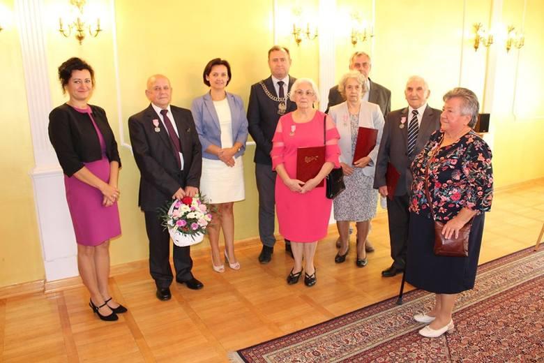 Uroczystość w sali ślubów lipnowskiego magistratu poprowadziła Marta Korpal, zastępca kierownika Urzędu Stanu Cywilnego w Lipnie.  Przy tej okazji małżonkowie