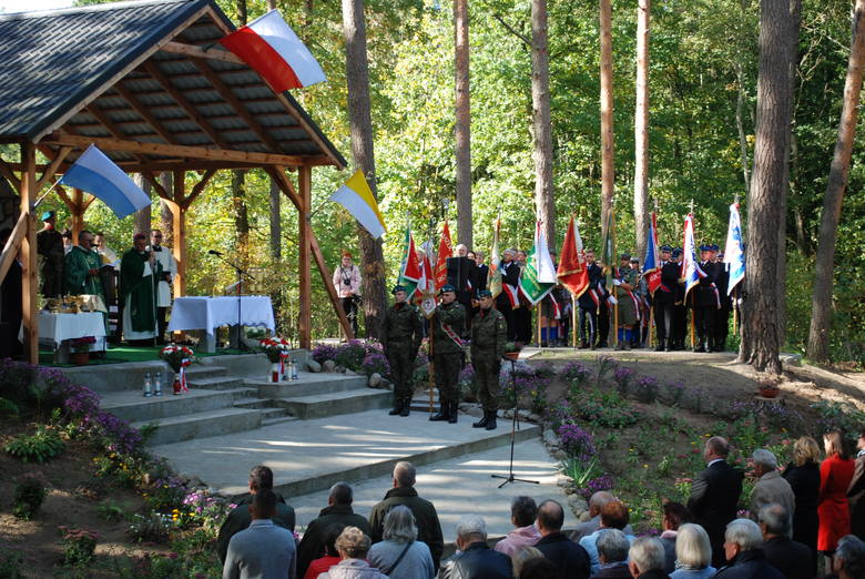 W Raciniewie - przy Mogile Zbiorowej Cywilnych Ofiar - upamiętniono cywilne ofiary antypolskich czystek przeprowadzonych przez niemieckich okupantów