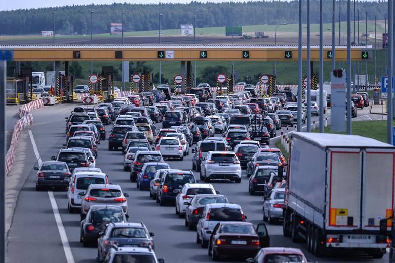 Kilkukilometrowy korek przed punktem poboru opłat w Nowej Wsi - tego doświadczyli w niedzielę wracający autostradą A1 z długiego weekendu nad Bałtykiem.