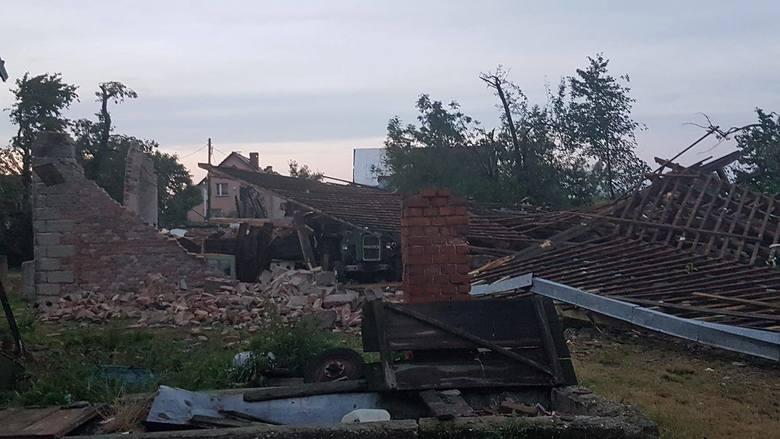 Skutki nawałnicy nad Landzmierzem w powiecie kędzierzyńsko-kozielskim.