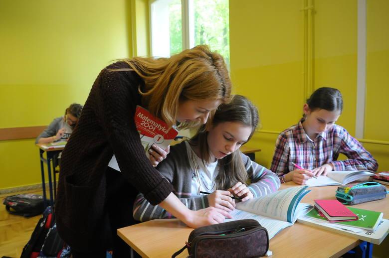 Posłowie przyjęli ustawę likwidującą godziny karcianeW myśl nowych przepisów nauczyciel będzie musiał przedstawić zaświadczenie o niekaralności