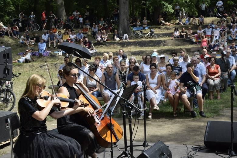 """W niedzielę, 21 lipca, w altanie parkowej w Skierniewicach odbył się kolejny koncert z cyklu Muzyczne Śniadanie na Trawie. Program """"Najpiękniejsze muzyczne"""
