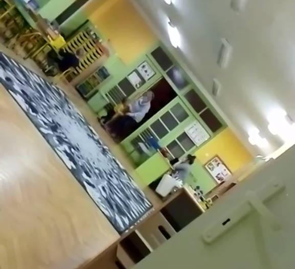 Nagranie incydentu z Przedszkola Miejskiego nr 22 w Łodzi pojawiło się na portalu Facebook w czwartek wieczorem. Widać na nim jak kobieta siłą wciąga