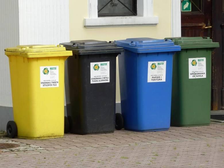 Stawka opłaty za śmieci segregowane z kompostownikiem wynosi 10,50 złotych miesięcznie od osoby. Stawka opłaty za śmieci segregowane bez kompostownika