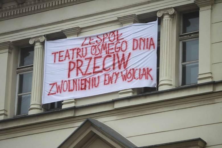 """""""Zespół Teatru Ósmego Dnia przeciw zwolnieniu Ewy Wójciak"""" - transparent o takiej treści zawisł w środę po południu na budynku, w którym"""