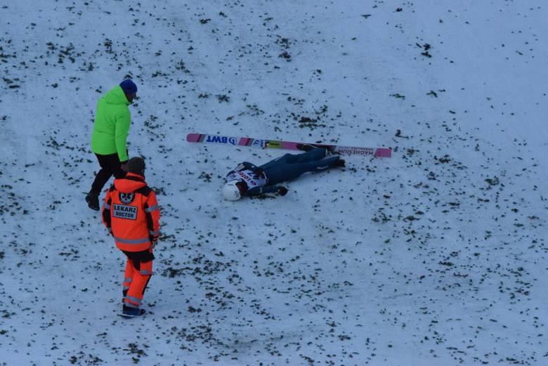 Podczas niedzielnego konkursu skoków groźny wypadek miał Piotr Żyła. Walczył o odległość i ostatecznie upadł, dotkliwie się obijając. Ucierpiała twarz,