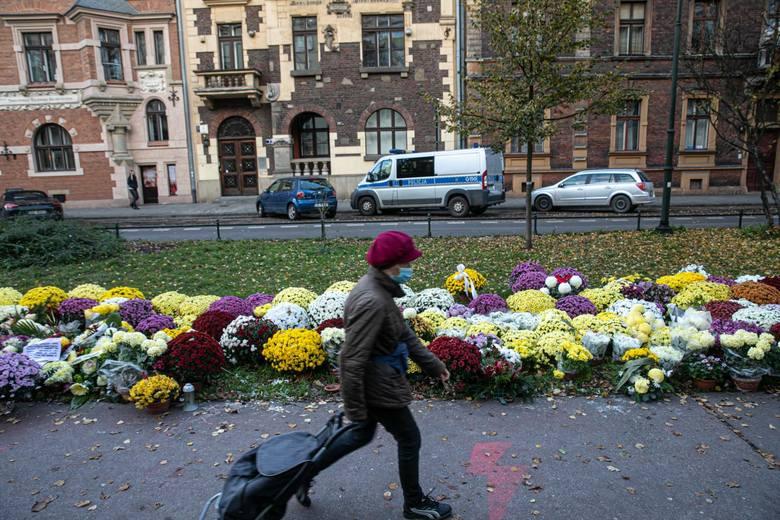 Setki chryzantem ustawionych pod siedzibą PiS w Krakowie na ulicy Retoryka. Kwiaty stoją tam od początku listopada