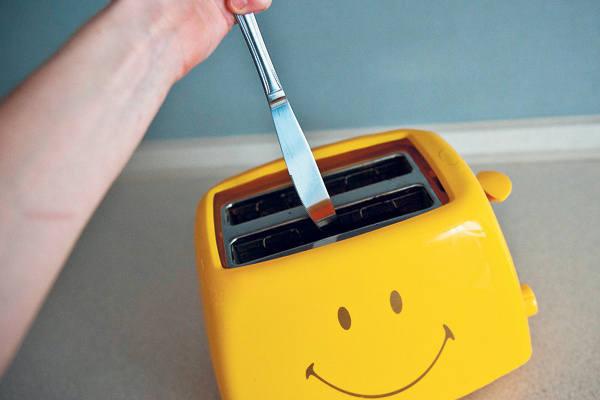 Młody mężczyzna został porażony prądem, <br>gdy usiłował wyjąć zapiekaną kromkę nożem<br>z tostera.