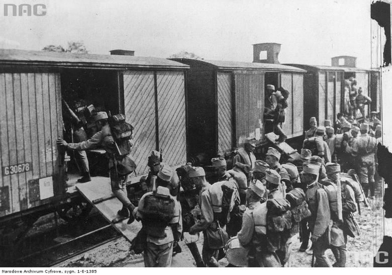 Żołnierze austro-węgierscy wyjeżdżają na front włoski, między 1915 a 1918.