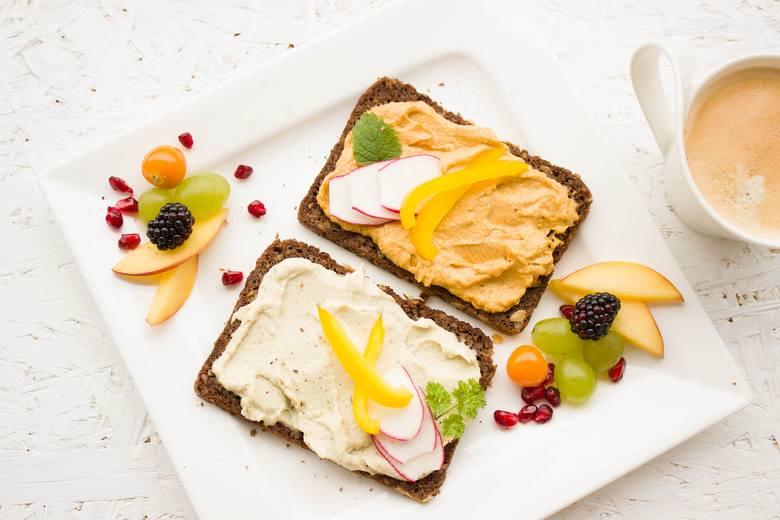 Przygoda ze zdrową dietą niejednokrotnie nie wiąże się z oczekiwanym obniżeniem masy ciała. Dzieje się tak dlatego, że nawet odżywiając się pełnowartościowymi