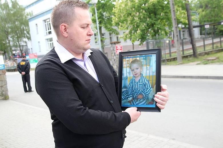 Piotr Czajkowski po śmierci synka Oliwiera nie może zrozumieć, dlaczego lekarze w szpitalu we Włocławku nie udzielili jego 2,5 letniemu dziecku należytej pomocy