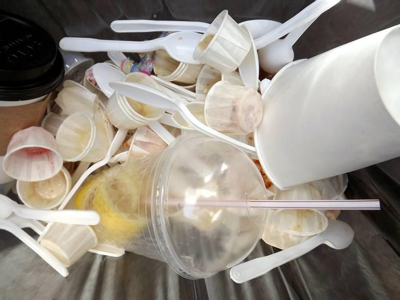 To, że ograniczenie opakowań plastikowych jest konieczne, każdy wie. Co roku do mórz i oceanów trafia około 8 mln ton śmieci. W 2015 roku wyprodukowaliśmy
