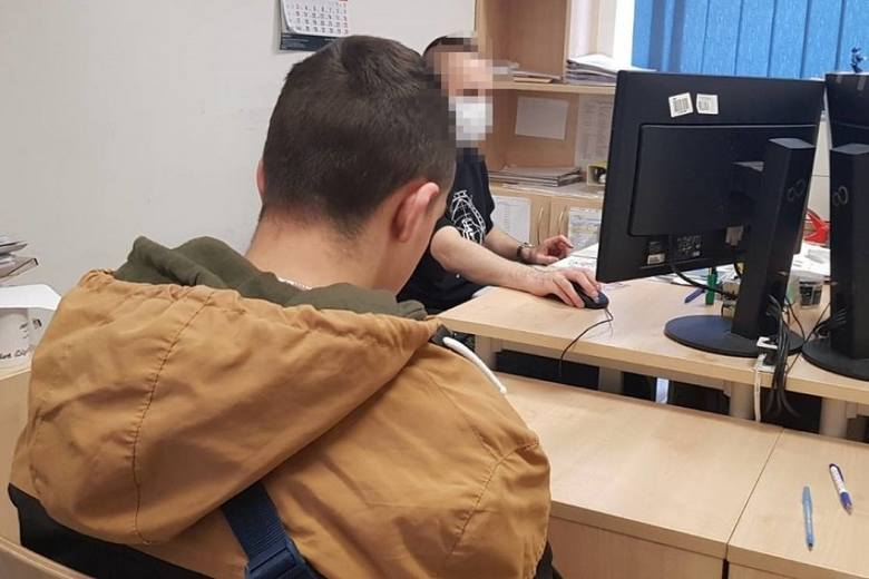 Narkotyki w centrum Łodzi. Policjanci na klatce schodowej wyczuli od niego zapach marihuany ZDJĘCIA