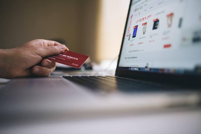 Od 3 grudnia obowiązują nowe unijne przepisy korzystniejsze dla konsumentów. Wprowadzono zakaz nieuzasadnionego blokowania geograficznego, czyli ograniczania