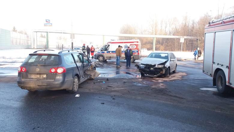 Wypadek na 11 Listopada przy Włókniarzy. Utrudnienia w ruchu [Film, zdjęcia]