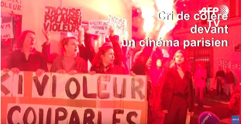 Przedpremierowy pokaz filmu w Paryżu zablokowany został przez  demonstrację feministek. Na transparentach: Oskarżam: Polanski gwałciciel.