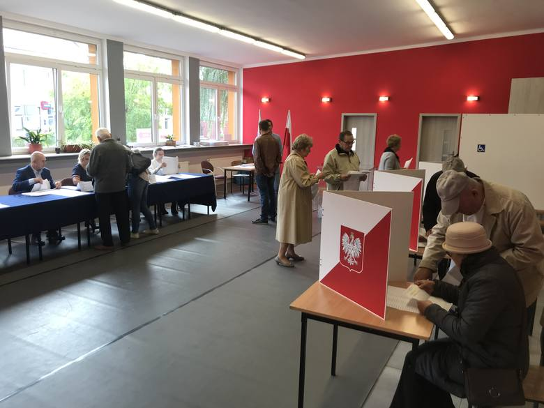Na zdjęciu: komisja wyborcza w Miejskim Domu Kultury